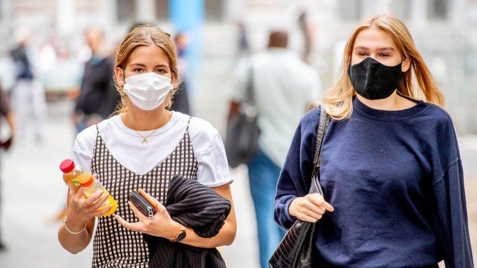 ¿Cuál es la mejor manera de aumentar su inmunidad, con una infección natural o con vacunas?  - Prensa Libre