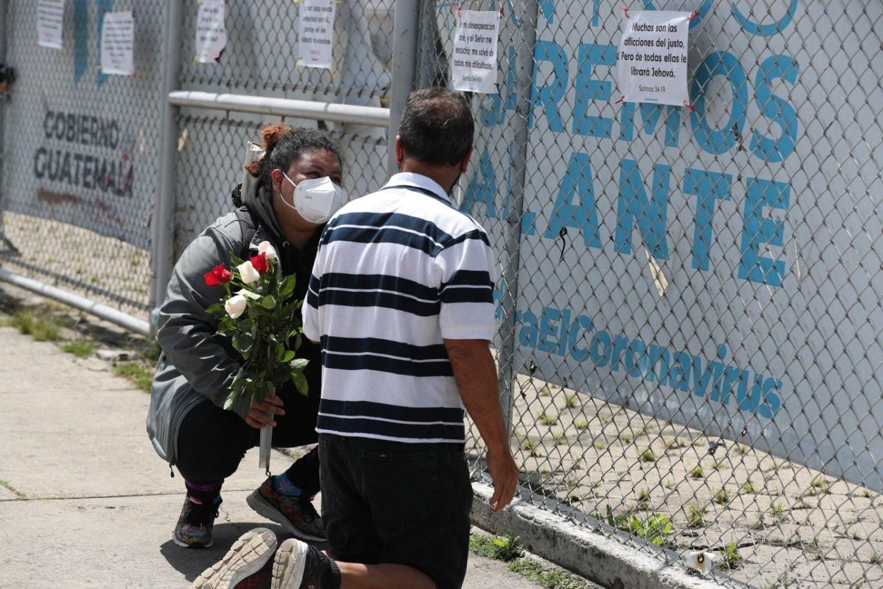 La dramática historia de una mujer que perdió a su madre a causa del covid-19 y animó a una pareja a rezar por su hijo en el Parque de la Industria - Prensa Libre