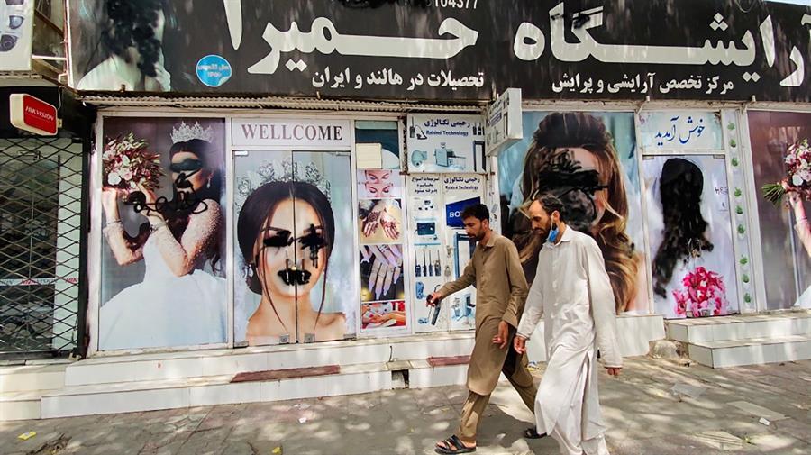 Las mujeres afganas desafían a los talibanes y exigen respeto por sus derechos