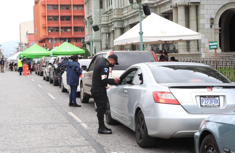 Se instala un centro de vacunación de vehículos frente al Palacio Nacional de Cultura – Prensa Libre