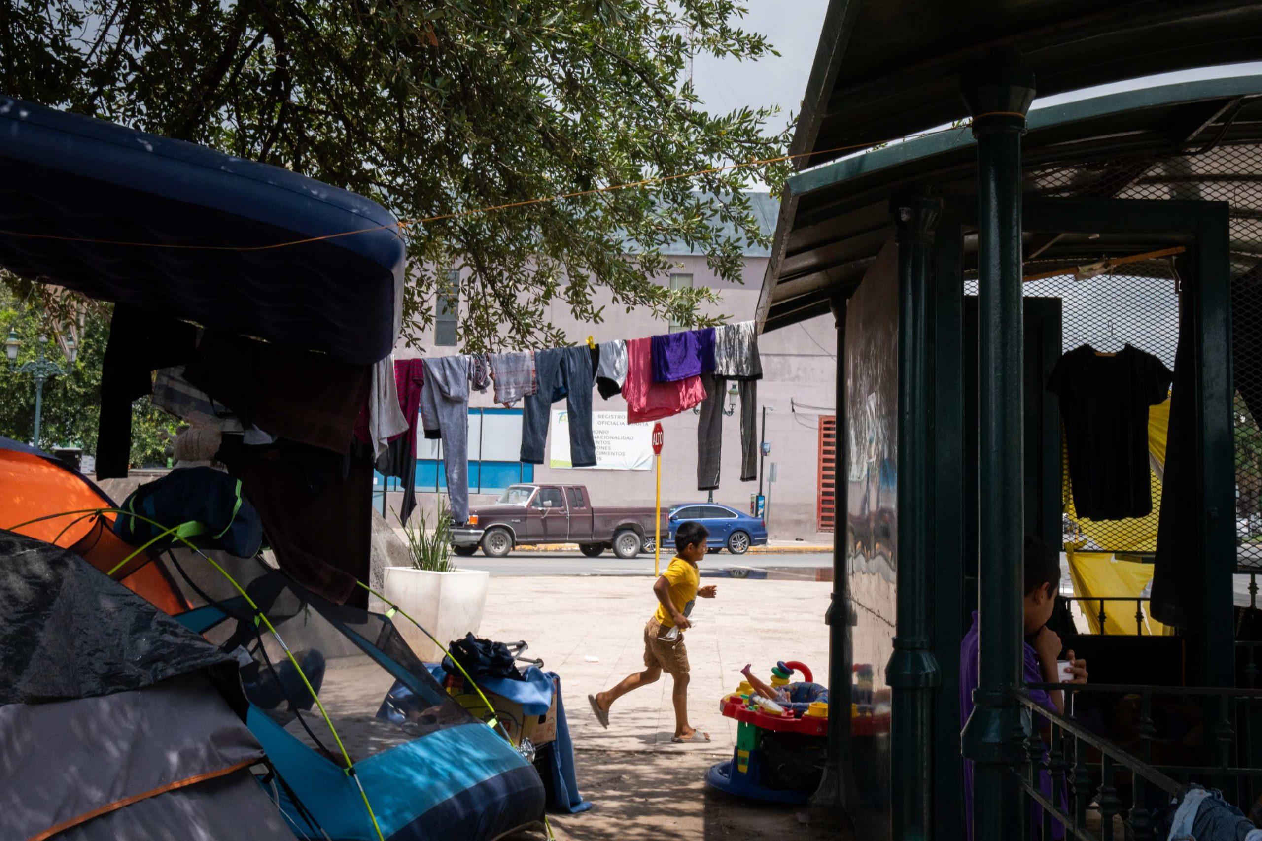 Se instala un nuevo campamento fronterizo en México, luego de cerrar uno en marzo.  - Prensa Libre