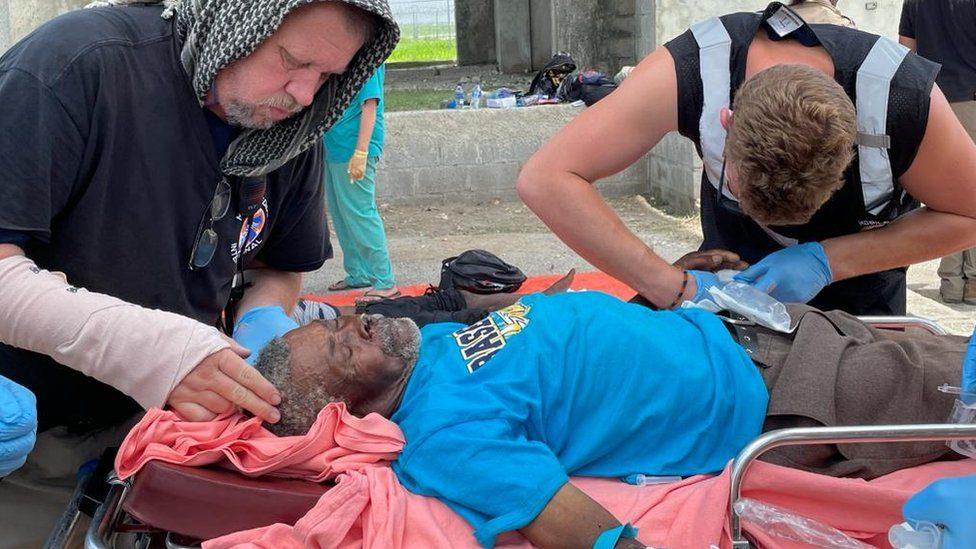 """Terremoto en Haití    """"Aún quedan vidas bajo los escombros"""": la angustia en Haití ante el retraso de la ayuda a una semana del terremoto - Prensa Libre"""