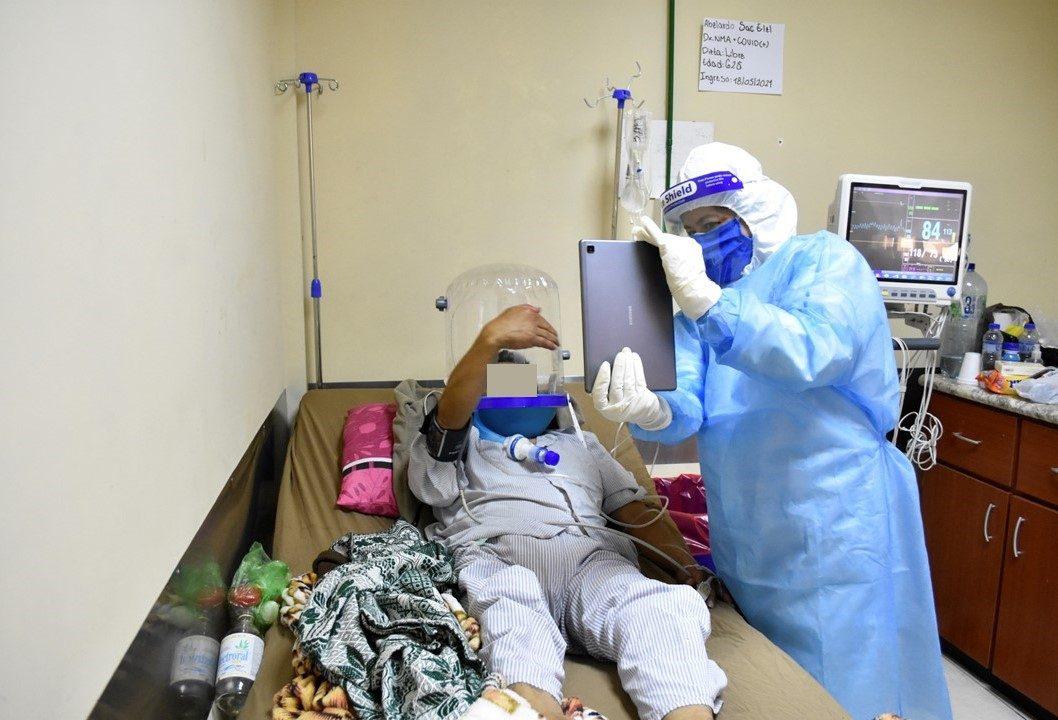 la noble iniciativa de un trabajador del hospital de Chimaltenango para que los pacientes puedan comunicarse con sus familiares - Prensa Libre