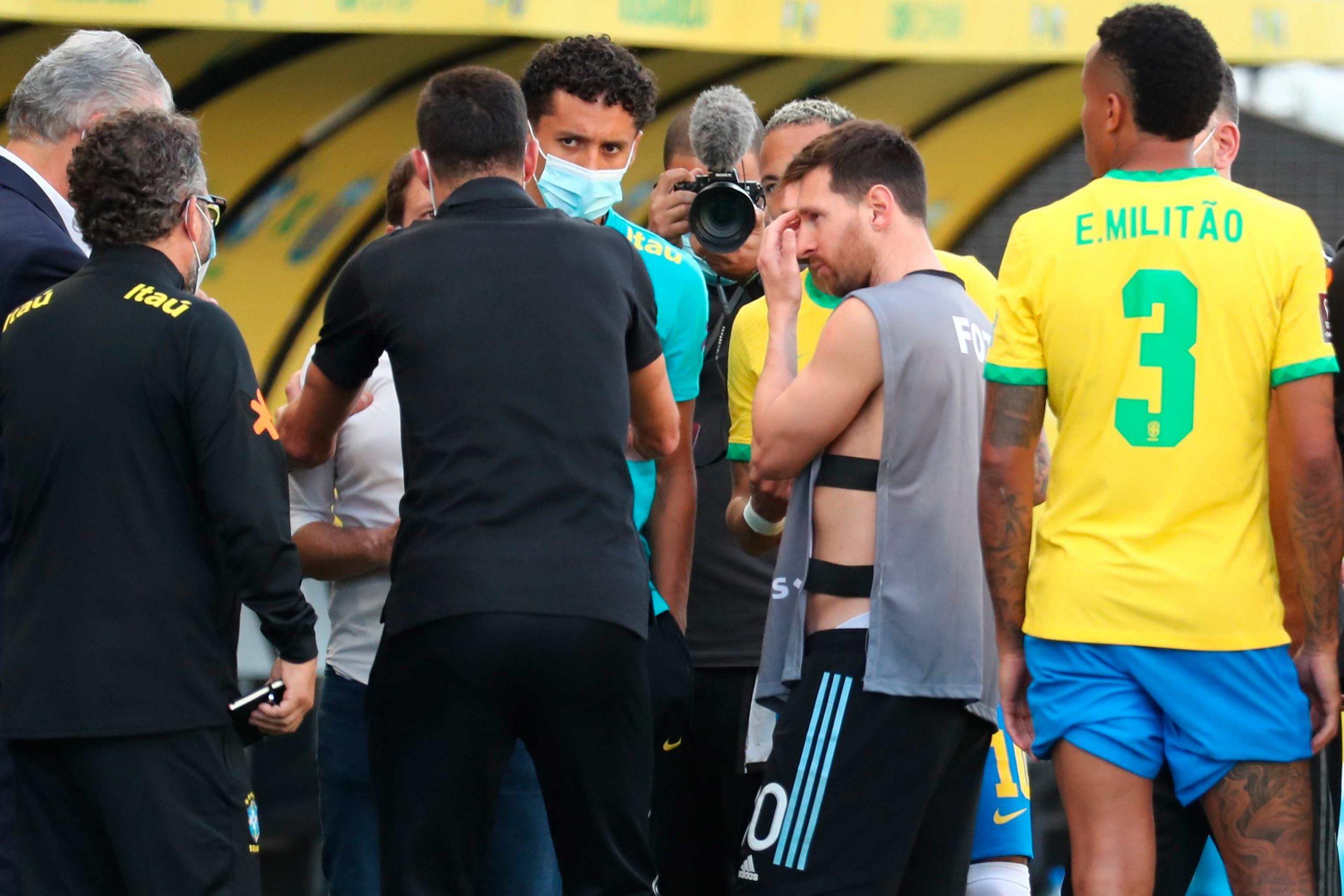 ¿Qué discutieron Messi, Neymar, Scaloni y Tite con el técnico de la selección brasileña durante la suspensión del partido?  - Prensa Libre