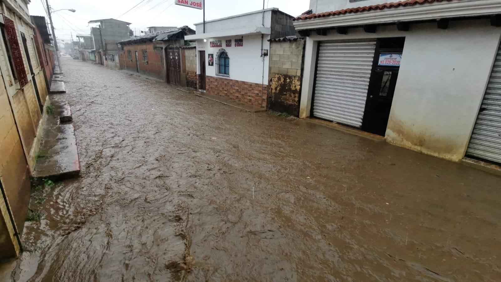 Agua corriente y barro preocupan a pobladores de el Tejar, que señalan indiferencia municipal - Prensa Libre