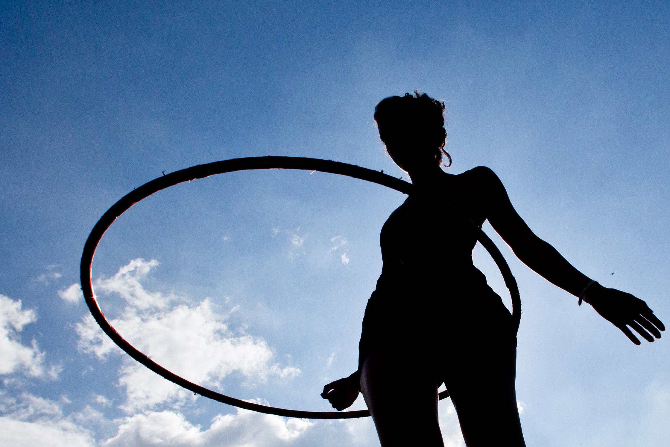 Cómo utilizar el hula-hula o el hula hoop - Prensa Libre