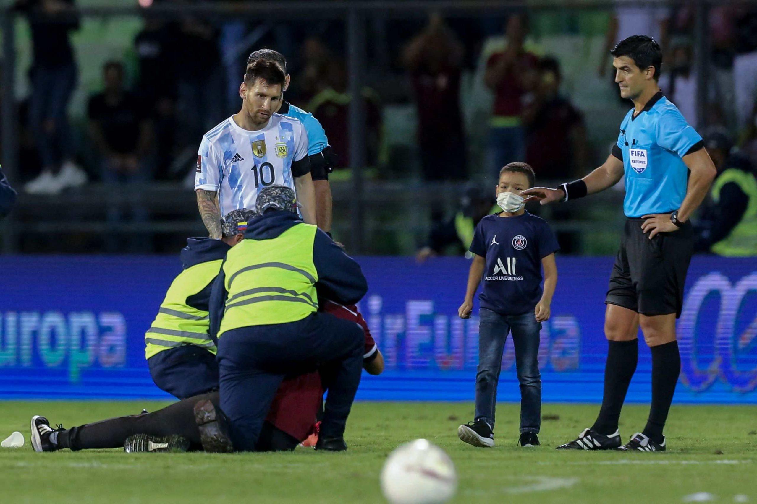 El conmovedor momento un niño venezolano, vestido con la camiseta del PSG, se ríe de la seguridad y logra besar a Leo Messi - Prensa Libre