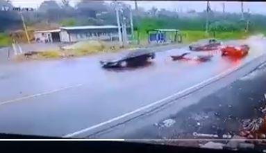 El dramático momento en que un motociclista se salva de un choque al caer en la carretera - Prensa Libre