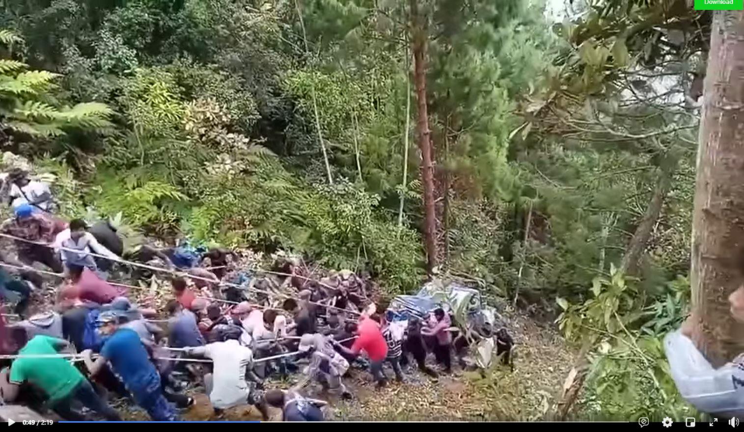 El impactante video de cómo lugareños sacan un vehículo de un barranco - Prensa Libre