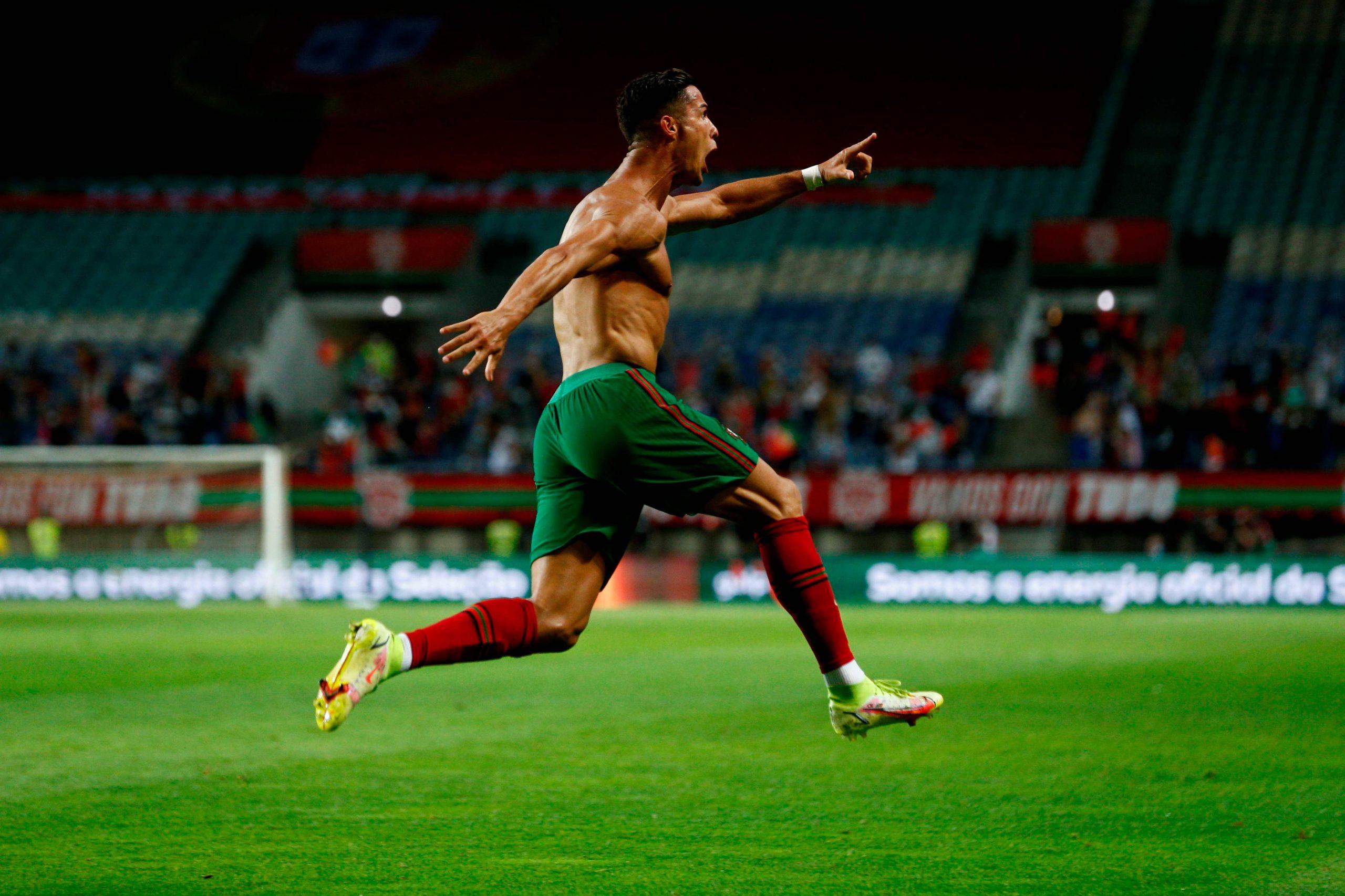 Falla un penalti, marca un doblete y es el máximo goleador de selecciones de la historia - Prensa Libre