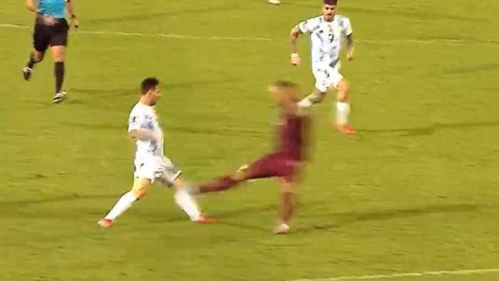 Fue la brutal falta de Leo Messi por Luis Martínez;  el árbitro le dio amarilla, pero luego de revisar el VAR le mostró rojo