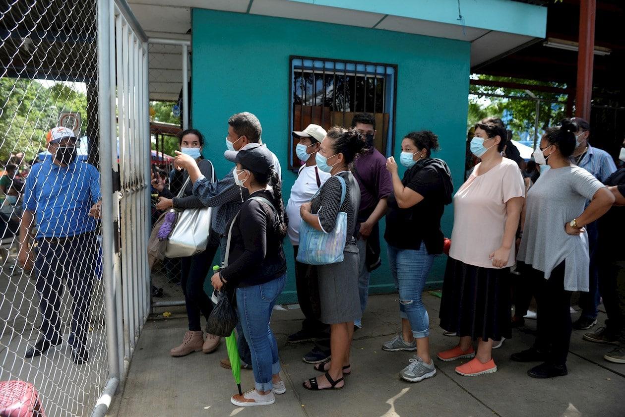 Los hospitales cierran las puertas, pero la gente se queda para vacunarse