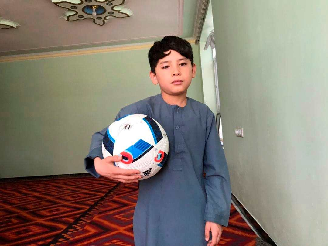 Niño afgano con camiseta de plástico de Leo Messi teme a los talibanes