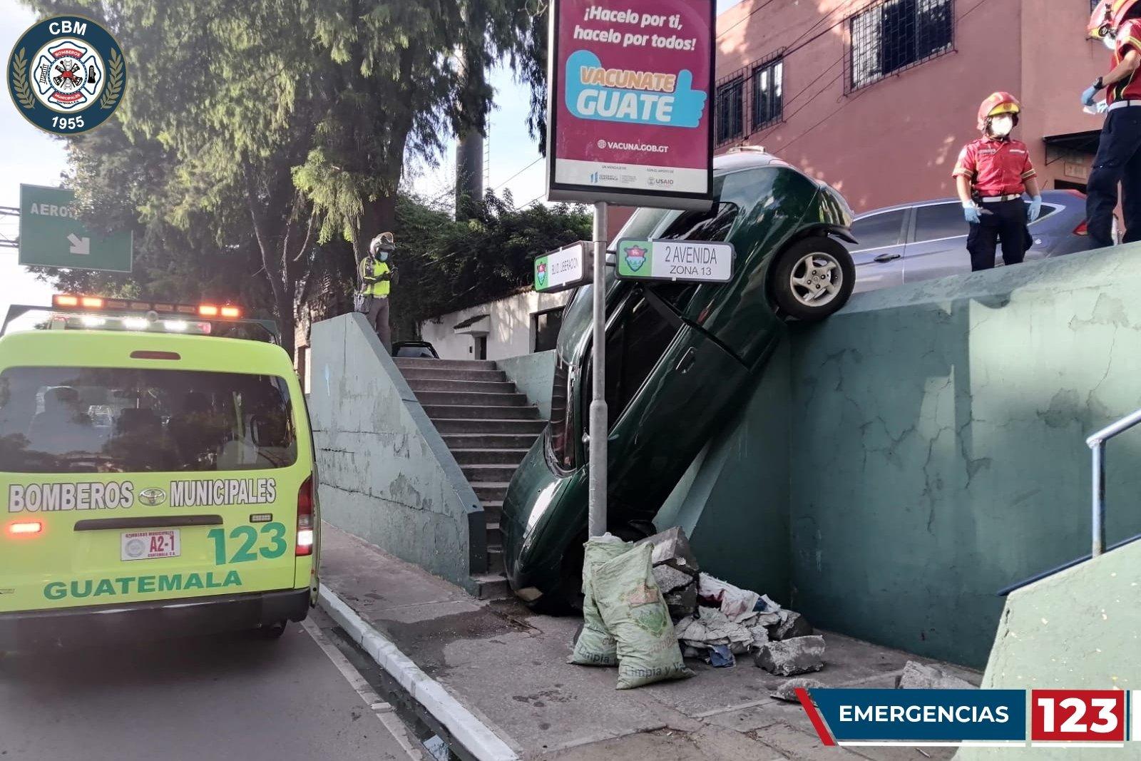 Un automovilista tiene un accidente en el Boulevard Liberación y está suspendido en un carril auxiliar - Prensa Libre
