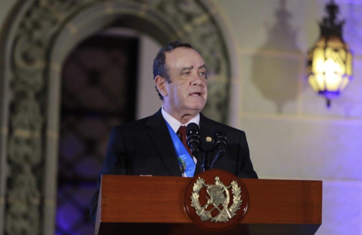 Abogados que defienden al presidente en casos de corrupción tienen contratos en el estado - Prensa Libre