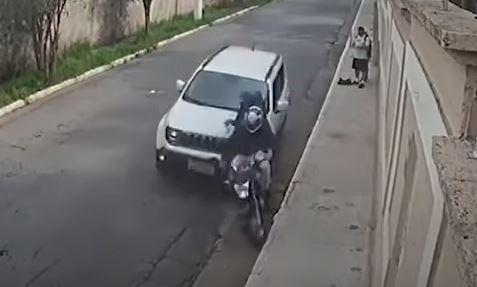 Atacantes son atropellados por automovilista y arrojados desde motocicleta - Prensa Libre