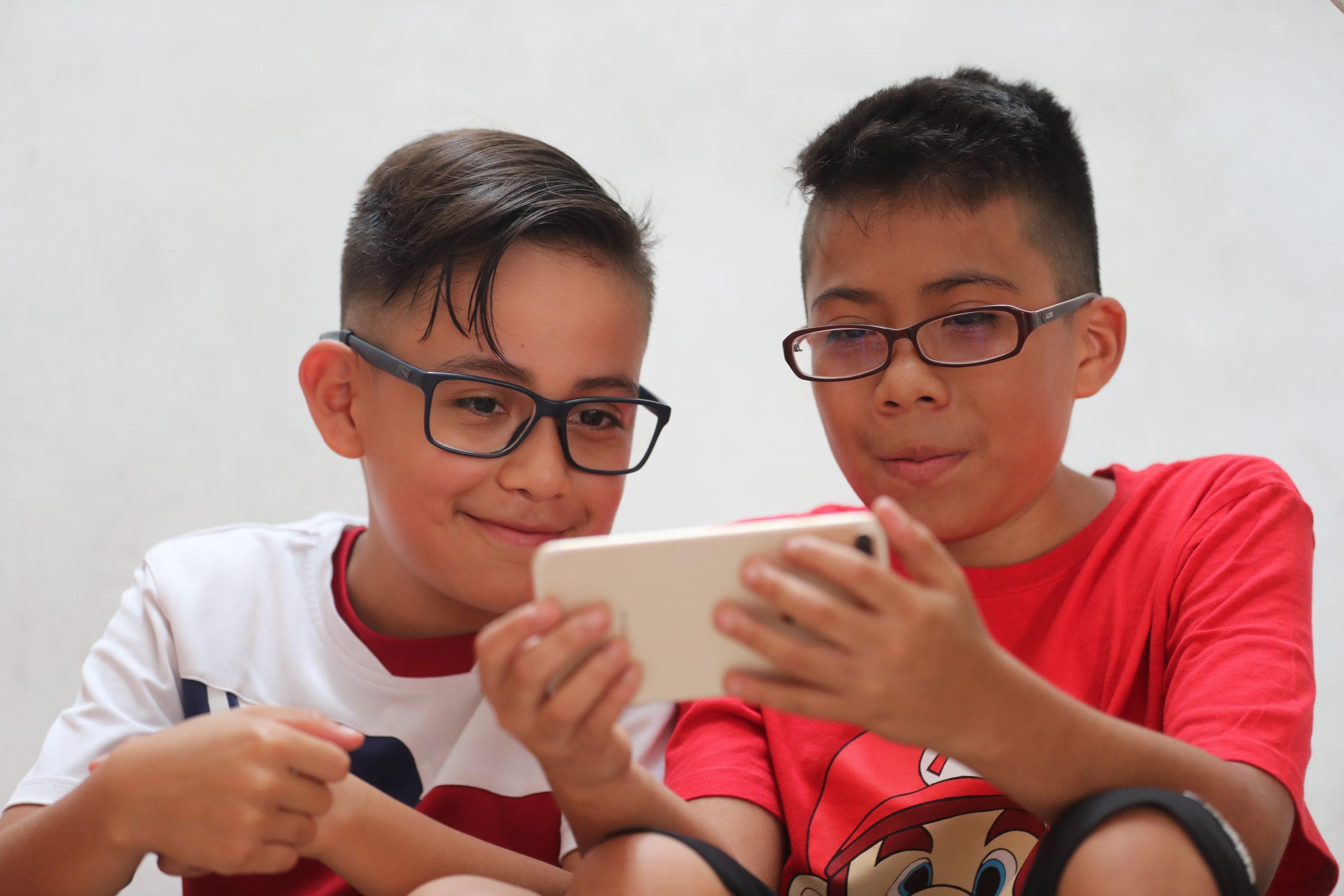 Aumento de casos de miopía y cataratas en niños por uso excesivo de dispositivos durante pandemia - Prensa Libre