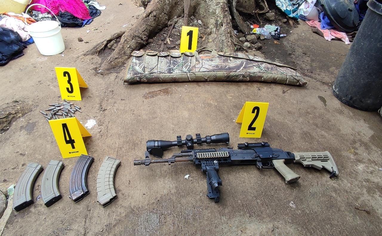 Capturan mujer y roban rifles de asalto, municiones y visor de rifle en operativo antipandillas - Prensa Libre
