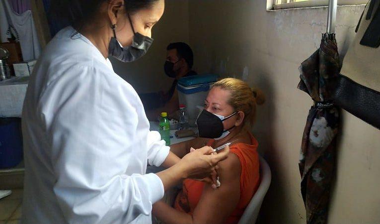 Claves para entender por qué Nicaragua se está quedando atrás en los esfuerzos de inmunización