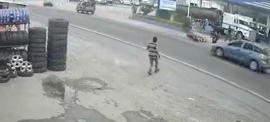 El impactante momento en que una persona estuvo a punto de ser atropellada tras un accidente - Prensa Libre