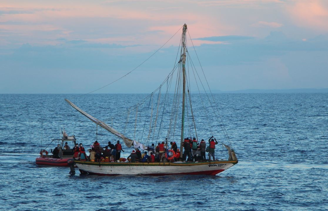 El impresionante rescate de 400 haitianos que viajaron en barcos sobrecargados a Estados Unidos - Prensa Libre