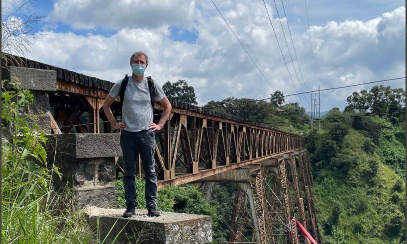 El particular paseo que realizó el embajador británico por las vías del tren y la explicación que dio en Twitter - Prensa Libre