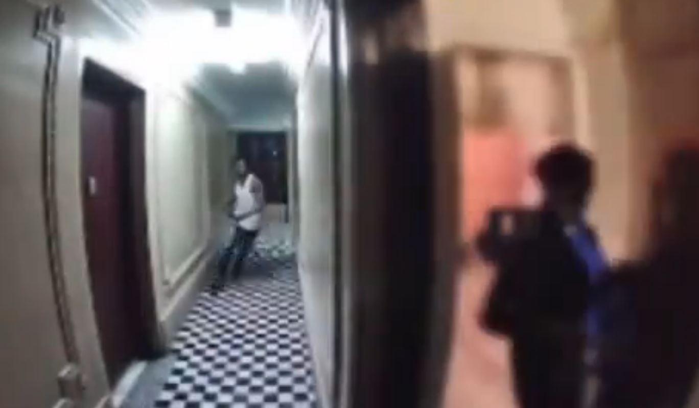 El perturbador video que muestra como una mujer corre y logra escapar de su acosador - Prensa Libre