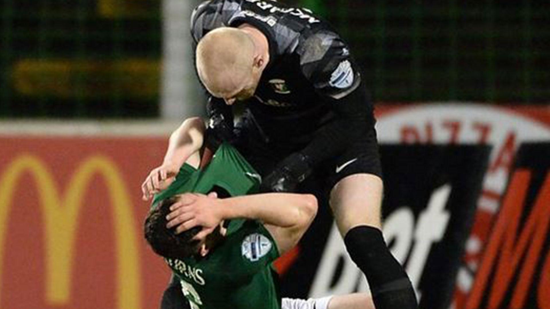 En Irlanda el portero culpó y noqueó a su compañero tras recibir gol contrario en los últimos minutos - Prensa Libre