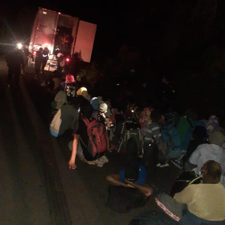 Gritos y disparos de emergencia alertaron a las autoridades, 126 migrantes fueron encontrados dentro de un contenedor abandonado - Prensa Libre