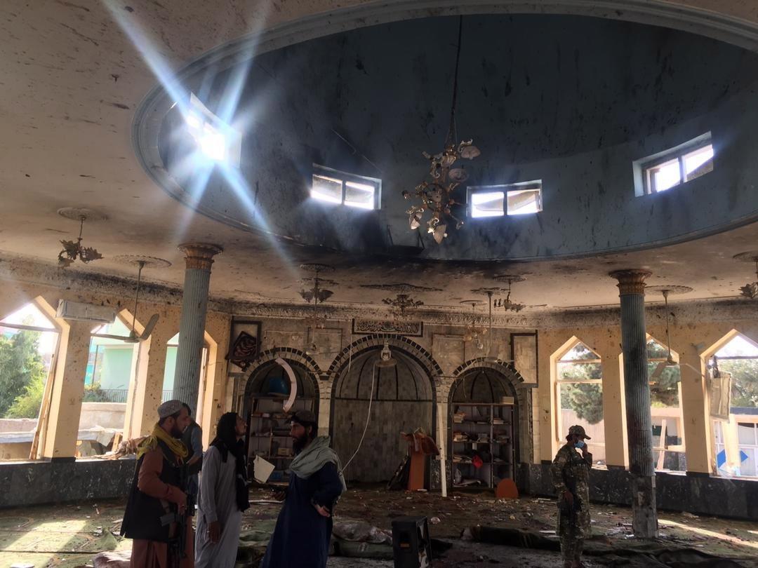 Imágenes muestran cómo se desarrolló brutal atentado suicida que dejó decenas de muertos y heridos en mezquita en Afganistán - Prensa Libre