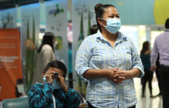 Menor en espera de trasplante de riñón recibe primera dosis contra covid-19 - Prensa Libre