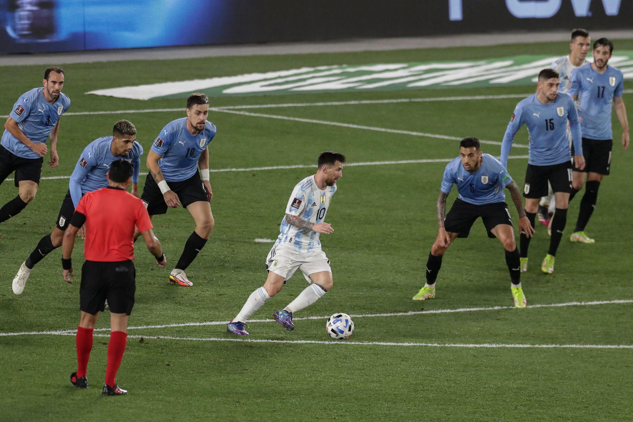 Messi rodeado de siete defensas uruguayos: Foto viral de Leo antes del tercer gol de Argentina