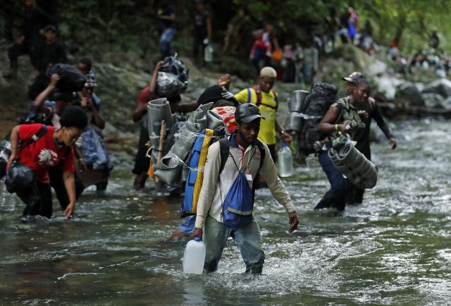 Panamá rescata a 68 cubanos abandonados en la selva del Darién