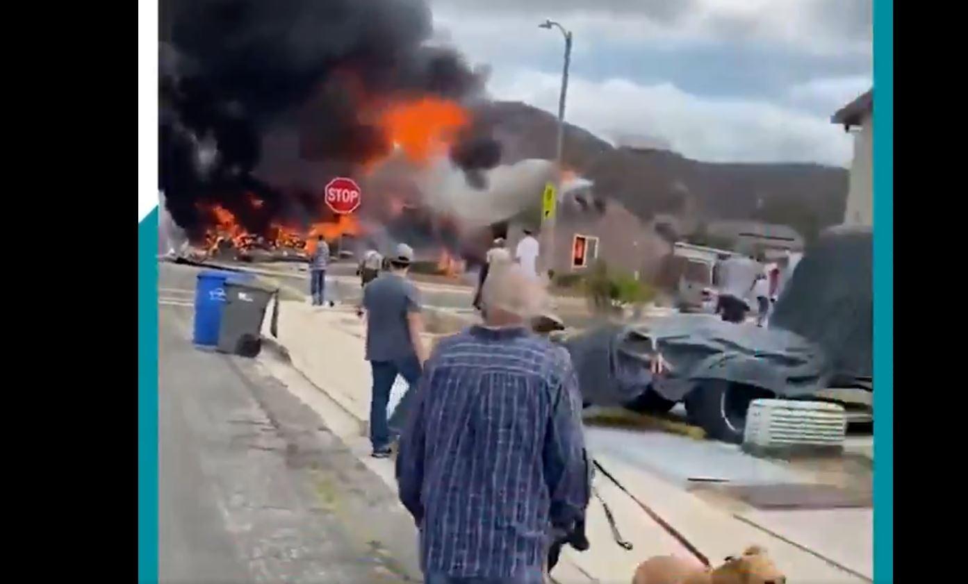 Registran momento impresionante cuando avión se estrella en California y provoca explosiones - Prensa Libre
