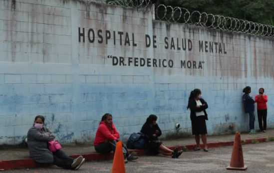 Un paciente sufre un ataque epiléptico frente al hospital Federico Mora por falta de medicación - Prensa Libre