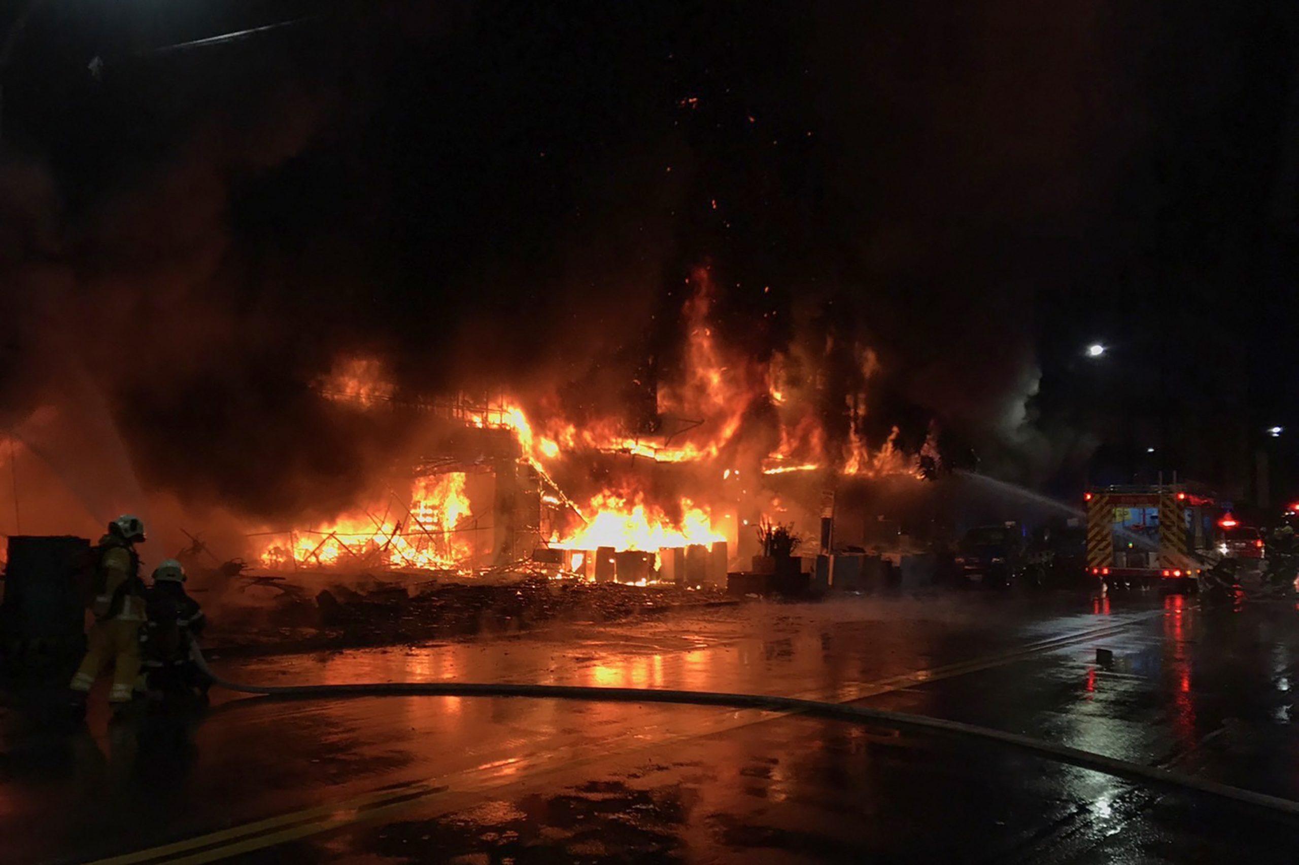 Videos muestran incendio de edificio que mata al menos a 46 personas - Prensa Libre