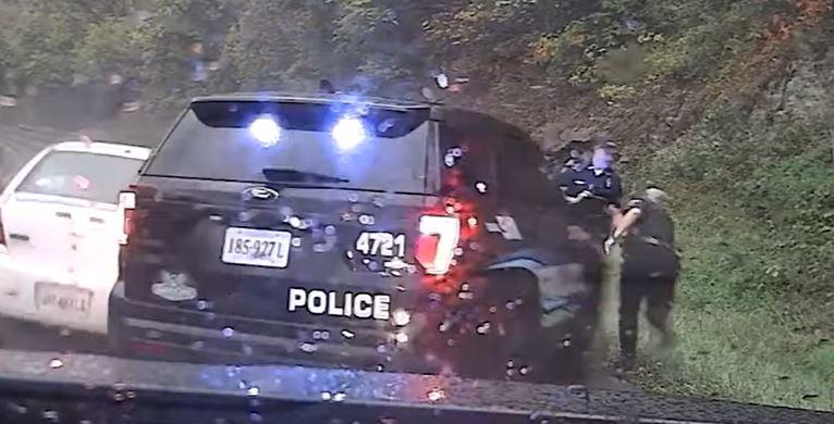 el asombroso momento en que un policía salva a su compañero del accidente - Prensa Libre